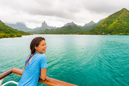 Tahiti cruise ship travel vacation woman on balcony of yacht traveling on exotic oceania adventure. 免版税图像