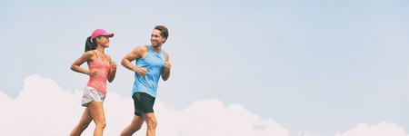 Gesunde Menschen passen zu einem aktiven Lebensstilpaar, das auf einem Panoramabanner im Himmelshintergrund läuft. Glückliche Freunde, die zusammen trainieren - Trainingskumpel.