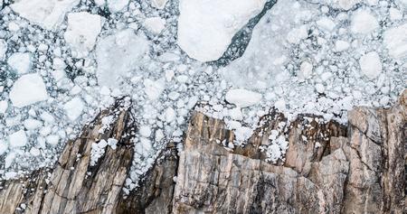 Cambio climático y calentamiento global: vista superior de la imagen aérea del drone de los icebergs. Icebergs del derretimiento del glaciar en icefjord en Ilulissat, Groenlandia. Foto de archivo
