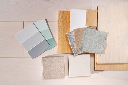 Opciones de colores de diseño de remodelación de interiores de viviendas. Elección del diseñador de la paleta de tonos de color para la renovación de la cocina, la sala de estar del apartamento. Tendencias de color para pisos de madera, encimeras de cuarzo, pintura.