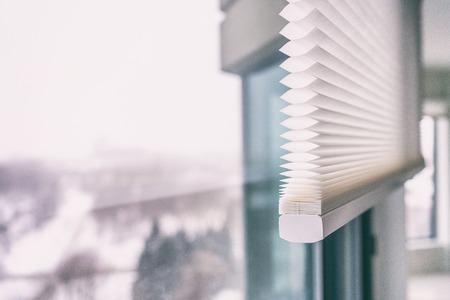 Home Jalousien - schnurlose Zellwaben-Plissee-moderne Farbtöne an Wohnungsfenstern. Automatisierte Vorhänge blind.