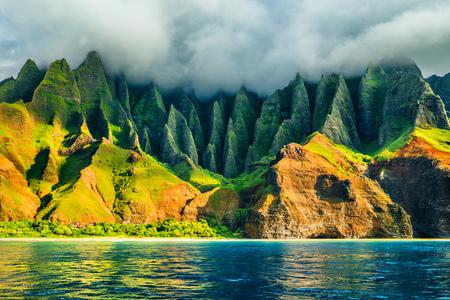 Na Pali Küste, Kauai, Hawaii Blick von der Kreuzfahrt bei Sonnenuntergang auf dem Meer. Naturküstenlandschaft auf der Insel Kauai, Hawaii, USA. Hawaii reisen. Standard-Bild