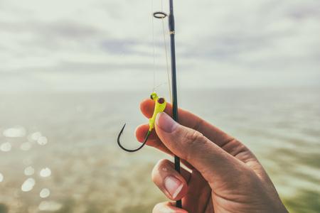 Sprzęt do sportów wodnych zbliżenie hak połowów. Kobieta ręka trzyma linię.