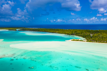 Französisch-Polynesien-Tahiti-Luftdrohnenansicht des Fakarava-Atolls und der berühmten Blauen Lagune und der Motu-Insel mit perfektem Strand, Korallenriff und Pazifischem Ozean. Tropisches Reiseparadies auf den Tuamotus-Inseln.