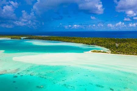 Polinesia francese Tahiti vista aerea del drone dell'atollo di Fakarava e della famosa Laguna Blu e dell'isola di motu con spiaggia perfetta, barriera corallina e Oceano Pacifico. Paradiso dei viaggi tropicali nelle Isole Tuamotu.