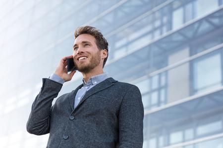 Bemannen Sie professionelles Gespräch am Telefon, das Geschäftspartner anruft. Geschäftsmann Immobilienmakler oder Anwalt mit Verhandlungsgespräch im modernen Stadthintergrund. Standard-Bild