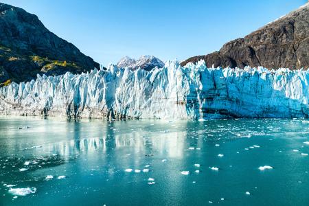 Vue sur le paysage de la baie des glaciers de l'Alaska depuis le voyage de vacances en bateau de croisière. Concept de réchauffement global et de changement climatique avec la fonte des glaciers avec le glacier Johns Hopkins et les montagnes du mont Fairweather. Banque d'images