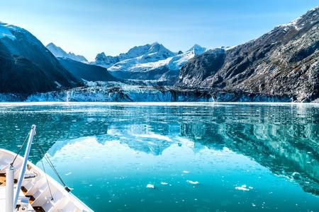 Kreuzfahrtschiff in Glacier Bay in Richtung Johns Hopkins Glacier in Alaska, USA. Panoramablick im Sommer.
