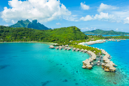 Reizen vakantie paradijs luchtfoto drone video met overwater bungalows luxe resort in koraalrif lagune oceaan strand. Luchtfoto van Mount Otemanu, Bora Bora, Frans Polynesië, Tahiti, Zuid-Pacifische Oceaan Stockfoto
