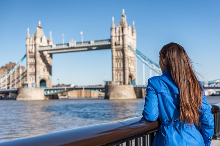 London tourist city travel woman enjoying view of Tower Bridge. Urban lifestyle tourism Europe destination vacation person enjoying view of famous attraction, England, Great Britain, UK. Banco de Imagens
