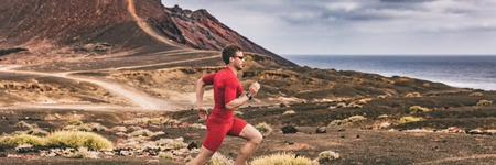 Runner trail running athlete man training cardio in landscape banner background. Sport outdoor in nature. Ultra run race. 版權商用圖片