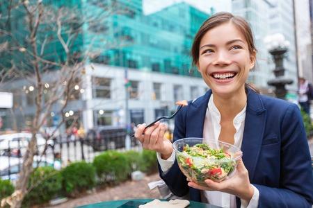 Ensalada de almuerzo para llevar tazón de fuente de alimentación saludable Mujer de negocios asiática lista para comer en el estilo de vida de City Park. Feliz sonriente joven empresaria china multirracial, la ciudad de Nueva York, EE.
