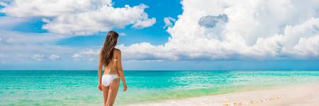 Vacances à la plage voyage bikini de luxe femme relaxante pendant les vacances d'été avec copie espace océan, fond de paysage panoramique bannière horizontale ciel.