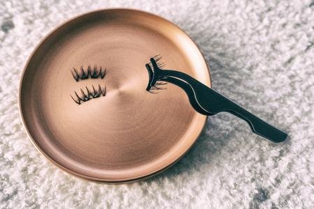 Pestañas magnéticas con aplicador. Exhibición de pestañas postizas con mini imanes para una fácil aplicación. Tendencia de maquillaje de salón de belleza.