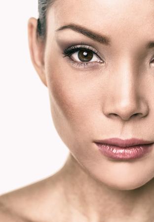 Asiatisches Schönheitsfrauenporträtgesicht lokalisiert auf weißem Hintergrund. Standard-Bild