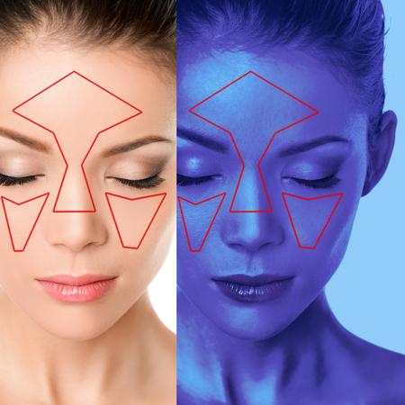 Mujer de mapeo de escaneo facial de análisis de piel de la cara que analiza problemas de envejecimiento de la piel, consulta de dermatología en la clínica de belleza Software de escáner con luz azul ultravioleta.