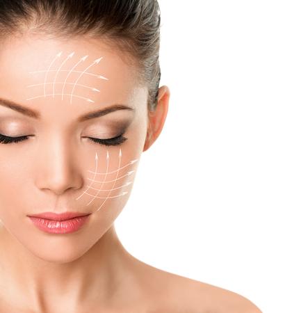 Lifting facial, tratamiento facial antienvejecimiento, producto para el cuidado de la piel, levantamiento de la piel flácida, eliminando las arrugas para la mujer de belleza. Líneas de flecha dibujadas en la cara.
