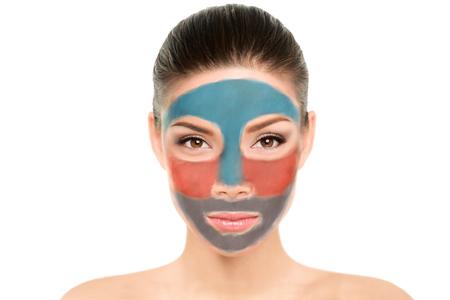 Gesichtsmaske Asiatische Schönheitsfrau Multimasking mit unterschiedlichem Farbton neuestem Trend in der Dermatologie. Fun-Gesichtstherapie für verschiedene Hautzonen.