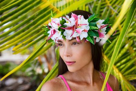 Tahiti beauté femme portant couronne de fleurs accessoire culturel tahitien traditionnel. Bora Bora, Polynésie française. Belle fille multiraciale asiatique.