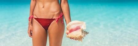 Strandurlaub Frau mit Muschel-Ozean-Hintergrund. Karibische Fahnenlandschaft mit Muschel auf blauem Wasserhintergrund für tropisches Sommerferienkonzept.
