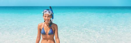 Schnorchel schwimmen Strand Sommerferien Mädchen schwimmen im karibischen idyllischen Paradies Ozean Wasser Banner Panorama. Lächelnde Asiatin, die Spaß hat. Wassersport-Lifestyle.