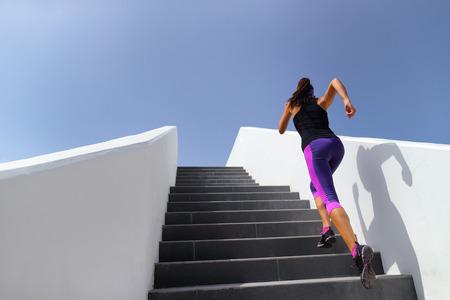 Trap met training vrouw training cardio op sportschool. Fitness meisje dat de spieren van de benen buiten uitoefent met explosieve oefeningen.
