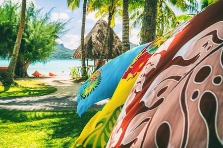Tahiti vacances fond saron paréo jupes tahitiennes coulant dans le vent à la boutique de souvenirs de la station balnéaire de l'hôtel. Jupe portefeuille paréo, Tahiti, Polynésie française. Souvenir de tourisme fait à la main.