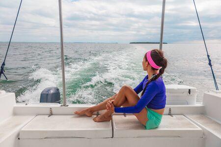Viaje en barco, excursión, tour, mujer, turista, relajante, en, cubierta, de, lancha, catamarán, vacaciones de verano.