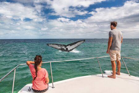 Whale Watching Boat Tour Touristen Leute auf dem Schiff, die auf den Buckelschwanz schauen, der den Ozean im tropischen Reiseziel durchbricht, Sommerreiseurlaub Paar an Deck des Katamarans.