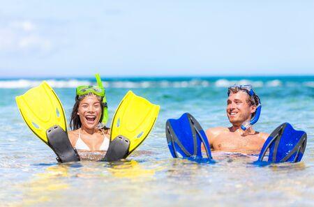 Couple d'amusement de plage de vacances des Caraïbes en vacances d'été nageant avec le masque de tuba, activité de sports nautiques océaniques. Banque d'images