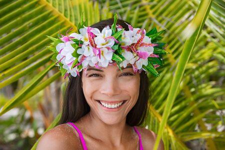 Couronne de fleurs de Tahiti hei po'o femme souriante portant une couronne tahitienne décoration culturelle. Bora Bora, Polynésie française. Sourire de modèle multiracial asiatique de beauté sur fond de palmier. Banque d'images