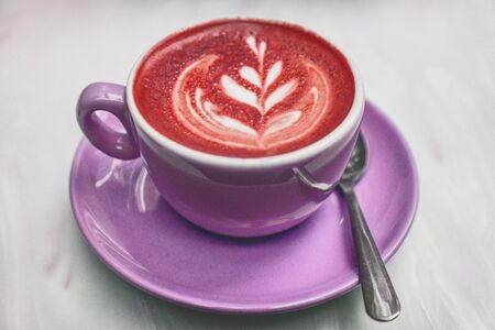 Buraki latte kawa czerwone buraki kolorowe pianki mlecznej na filiżance cappuccino w modny trend żywności w restauracji american cafe. Burak pije zdrowy detoks. Zdjęcie Seryjne