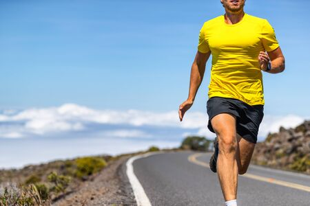 Hombre corriente en corredor de carretera al aire libre en ropa deportiva corriendo en velocidad - atleta de estilo de vida activo que lleva una vida sana.