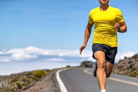Laufender Mann auf Outdoor-Straßenläufer in Sportbekleidung, der in Geschwindigkeit sprintet - aktiver Lifestyle-Athlet, der ein gesundes Leben führt.