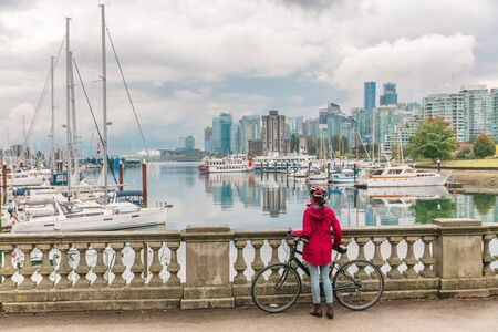 Vancouver Radfahren Frau Radfahrer aktive Sport Lifestyle Fahrradverleih Aktivität im Stanley Park in Coal Harbour, BC, Kanada.