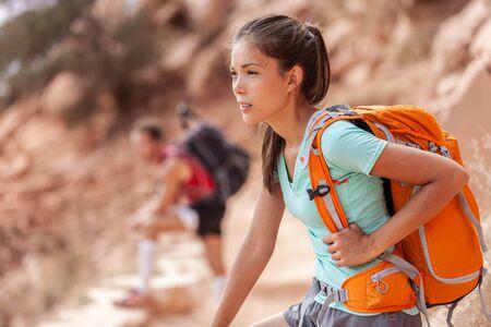 Viaggio di escursione Donna asiatica dell'escursionista che trasporta uno zaino pesante stanco durante il trekking all'aperto nel sentiero del Grand Canyon che cammina su per la montagna. Stile di vita sano e attivo.