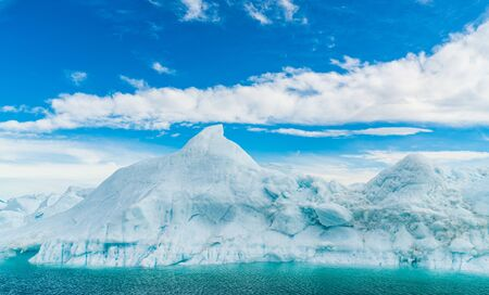 Calentamiento global - Groenlandia Paisaje de iceberg del fiordo de hielo de Ilulissat con icebergs gigantes. Icebergs del deshielo del glaciar. La naturaleza ártica muy afectada por el cambio climático