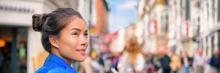 Podróże turystyczne Azjatycka kobieta spaceru na ulicy miasta, patrząc na sklepy odwiedzające Europę. Styl życia panoramy transparentu. Zdjęcie Seryjne