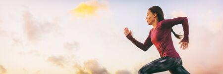 Führen Sie ein schnelles Sprintprofil der Sportlerin auf dem Panoramahintergrund des Himmelsbanners aus. Läufer läuft Startrennen.