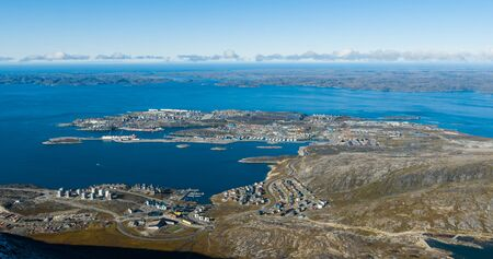 Capitale du Groenland Nuuk - plus grande ville du Groenland vue aérienne. Photo prise par un drone de Nuuk depuis les airs, alias Godthaab, vue depuis la montagne Sermitsiaq montrant également le fjord Nuup Kangerlua.