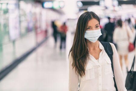 Coronavirus Mujer asiática caminando con máscara quirúrgica, protección facial caminando en multitudes en la estación de tren del aeropuerto, trabajo, viaje al hospital.