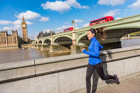 伦敦运行适合赛跑者妇女慢跑。跑在大本钟附近的都市城市生活方式体育女孩。亚洲运动员训练在威斯敏斯特桥梁愉快在伦敦,英国,英国。