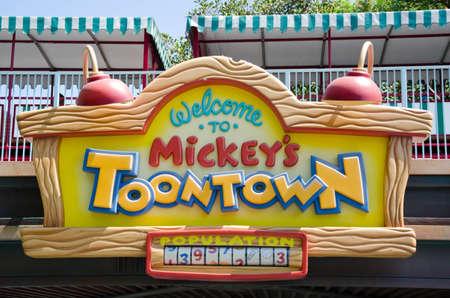Anaheim, Californië, Verenigde Staten - 23 juli 2011: Het teken: Welkom bij Mickeys Toontown werd gefotografeerd in het Disneyland Resort. Redactioneel