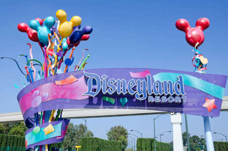 Anaheim, Californië, Verenigde Staten - 23 juli 2011: Het teken: Disneyland Resort bij de ingang van het themapark werd gefotografeerd.