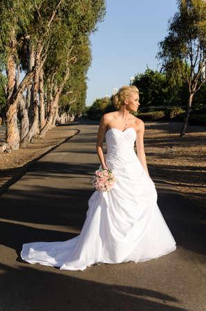 Mooie jonge bruid in een prachtige witte trouwjurk