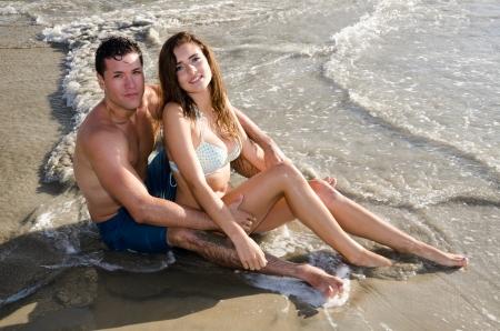 Mooi Paar op het strand door het water