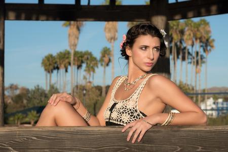 femme brune sexy: Belle dame � la plage profiter du beau temps. Doheny State Beach, Californie, �tats-Unis Banque d'images