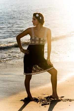 femme brune sexy: Belle dame � la plage en profitant du coucher de soleil. Doheny State Beach, Californie, �tats-Unis