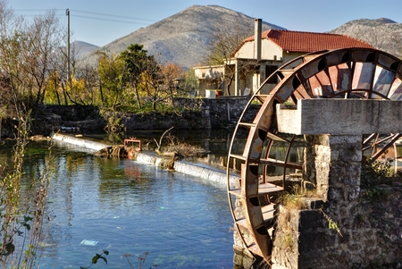 molino de agua: Molino de agua en el afluente del río Trebishnjica, Bosnia y Herzegovina.