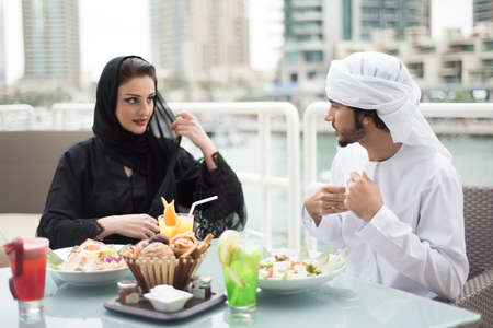 familia cenando: Árabe emiratí hombre y la mujer cenar al aire libre